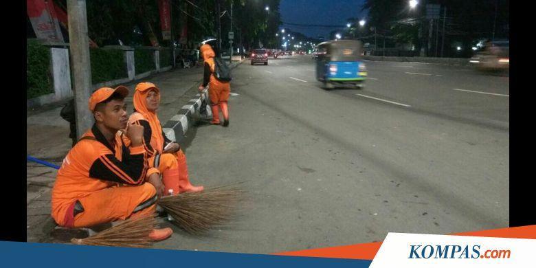 Raut Wajah Lelah Petugas PPSU usai Begadang Bersihkan Sampah Bekas Tahun Baru - Kompas.com