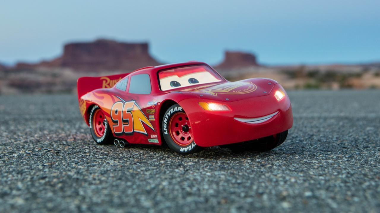 There's a new Cars 3 Lightning McQueen toy racer and it's ace